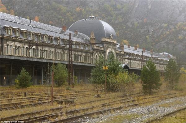 Từng là nhà ga xe lửa lớn nhất và đẹp nhất thế giới, nằm trên cao dãy núi Pyrenees, nhà ga quốc tế Canfranc dần dần lụi tàn sau khi Đức quốc xã trưng dụng trong Thế chiến II.(Ảnh: Internet)