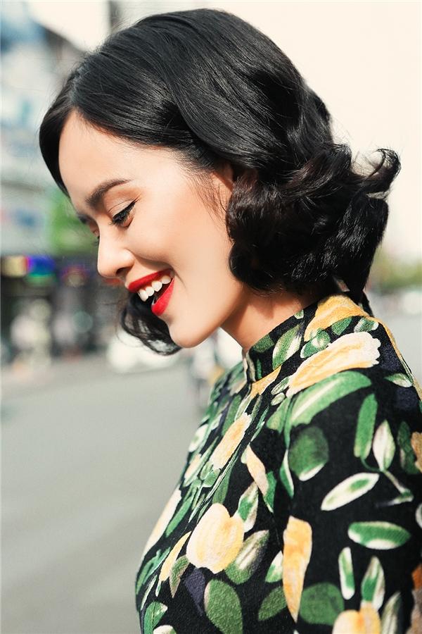 Họa tiết hoa và phong các vintage vẫn luôn là những xu hướng mốt nhất của làng thời trang. Chân dài Trần Hiền nom hệt như quý cô thành tự thập niên 70 tươi trẻ và cuốn hút.