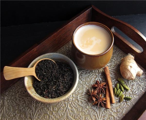 Trà Masala chai là một thức uống giải khát có mùi vị trà, được làm bằng cách ủ trà đen với hỗn hợp các loại gia vị và thảo mộc Ấn Độ. (Ảnh: Internet)