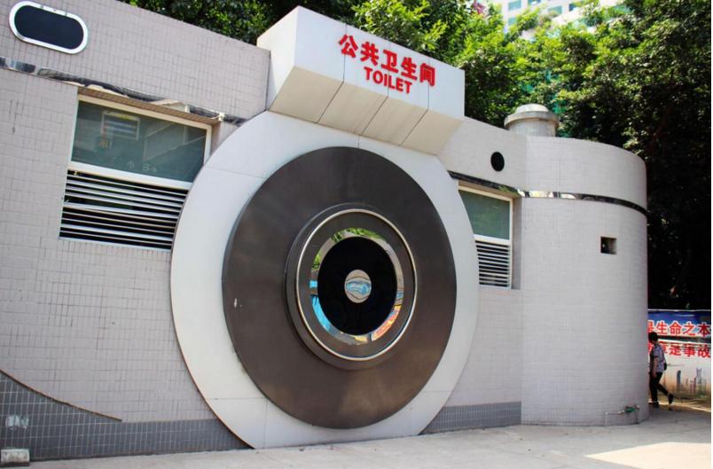 Trùng Khánh là thị trường bán sỉ máy ảnh lớn của Trung Quốc. Không lạ gì khi nhà vệ sinh công cộng ở thành phố này lại có hình dạng một chiếc máy ảnhkhổng lồ như vậy.(Ảnh: Internet)