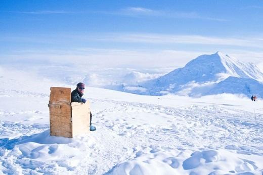 """Nằm ở độ cao hơn 4km so với mực nước biển, đỉnh McKinley có tầm nhìn tuyệt đẹp khi trông thẳng ra đỉnh núi tuyết Foraker. Mặc dù nhà vệ sinh này không được riêng tư cho lắm, nhưng vừa """"trút bầu tâm sự"""" vừa được ngắm cảnh đẹp tuyệt mĩ như thế thì còn gì để chê nữa?(Ảnh: Internet)"""
