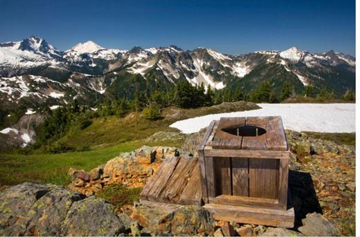 """Không đặc sắc bằng, nhưng nhà vệ sinh công cộng ở dãy đồi Copper thuộc Bắc Cascades ăn đứt các nhà vệ sinh kể trên bởi khung cảnh thiên nhiên """"đẹp ngưng thở"""" xung quanh.(Ảnh: Internet)"""