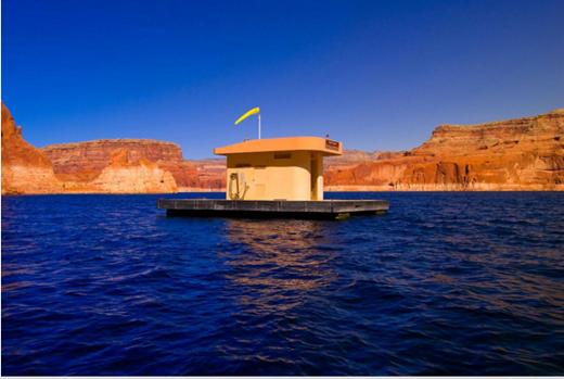 """Để tránh trường hợp khách tham quan tiện thể """"xả"""" luôn trong khi bơi lội, chính quyền ở bang Arizona đã xây dựng một nhà vệ sinh nổi giữa hồ Powell.(Ảnh: Internet)"""