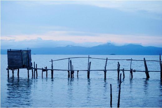 """Để đến được nhà vệ sinh này, bạn phải băng qua một cây cầu gỗ ọp ẹp và khá nguy hiểm. Nhưng trải nghiệm được """"trút bầu tâm sự"""" giữa bốn bề xanh ngắt, sóng vỗ rì rào của biển San Blas cũng đáng để bạn """"vượt chướng ngại vật"""".(Ảnh: Internet)"""