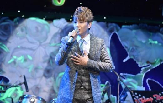 Khắc Minh được sự đánh giá cao của khách mời bởi không chỉ sở hữu vẻ điển trai, mà giọng hát live rất nội lực.