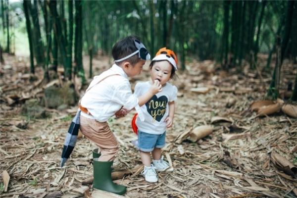 Khoảnh khắc tình thương mến thươngcủa hai bé connhà Lý Hải đốn tim cộng đồng mạng vì sự đáng yêu khó cưỡng. (Ảnh: Internet)