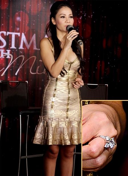 """Có thời gian, Thu Minh đã """"gây bão"""" dư luận khi được ông xã tặng bộ đôi nhẫn có giá trị lên tới 6 tỉ đồng. Đặc biệt hơn, một trong hai chiếc nhẫn đính đầy kim cương xa xỉ được cho rằng chính là nhẫn đính hôn của nữ ca sĩ. - Tin sao Viet - Tin tuc sao Viet - Scandal sao Viet - Tin tuc cua Sao - Tin cua Sao"""