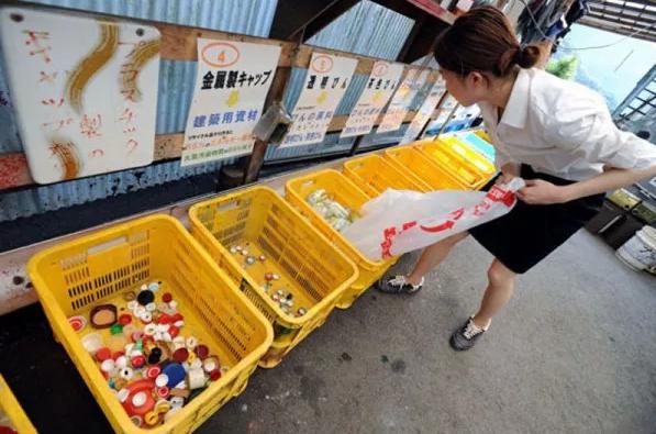 Công tác tái chế ở thị trấn này đã đạt đến trình độ là một quy trình được sắp xếp hợp lí. (Ảnh:odditiycentral)