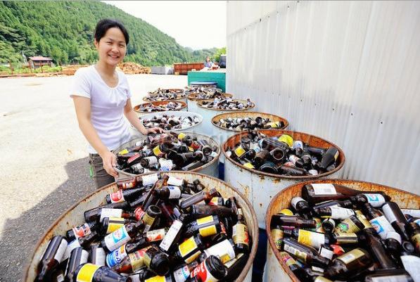 Đã mất một khoảng thời gian để người dân thích nghi với lối sống xanh này nhưng cuối cùng, họ cũng quen dần và tái chế rác mỗi ngày như một thói quen không thể thiếu. (Ảnh: odditiycentral.com)