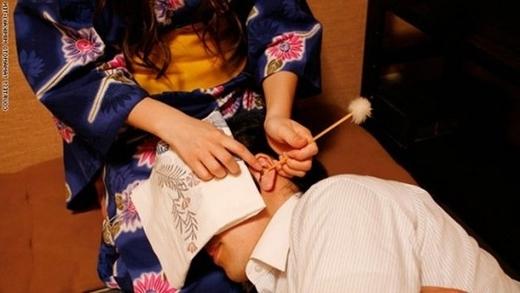 Cô gái mặc kimono đang ngoáy tai cho khách hàng. (Ảnh: Internet)