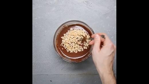 Giải nhiệt với kem viên sô cô la ngũ cốc giòn rụm