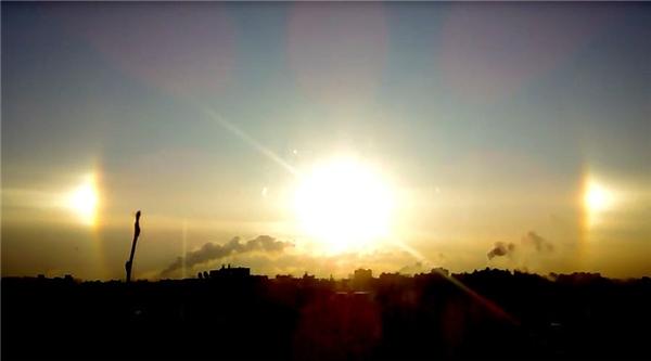 Ba mặt trời trên bầu trời St. Petersburg, Nga. Ảnh:YouTube