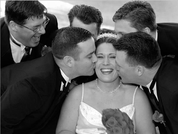 Các chàng trai đang hôn cô dâu. (Ảnh: Internet)