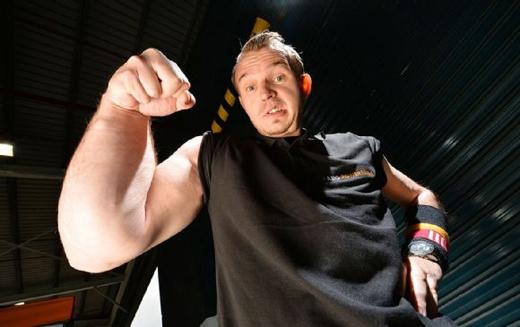 Cánh tay phải khổng lồ của Matthias khiến cho cánh tay còn lạitrông vô cùng nhỏ bé. (Ảnh: Daily Mail)