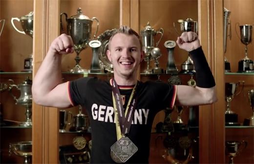 Matthias bên những chiếc huy chương của mình. (Ảnh: Daily Mail)
