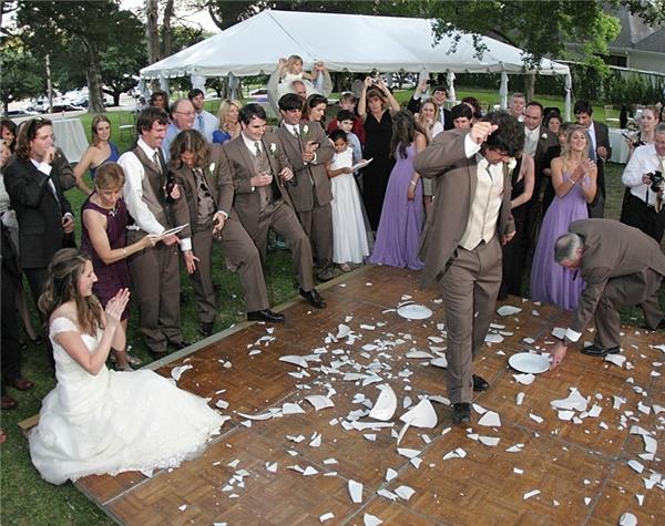 Cô dâu và chú rểđang đập vỡ chén bát. (Ảnh: Internet)