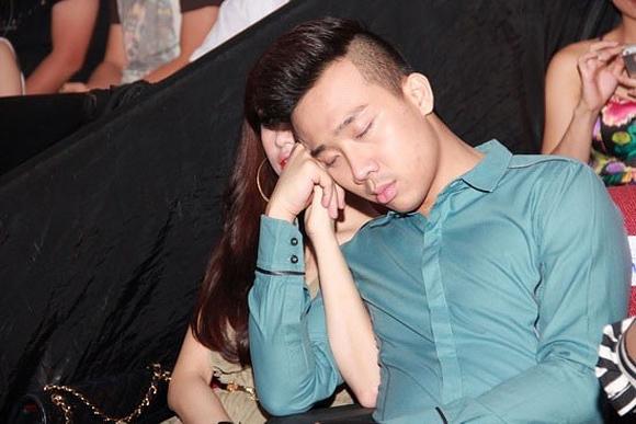 Đôi khi, chỉ cần điểm tựa là...một cánh tay, Trấn Thành đã có thể ngủ say sưa. - Tin sao Viet - Tin tuc sao Viet - Scandal sao Viet - Tin tuc cua Sao - Tin cua Sao
