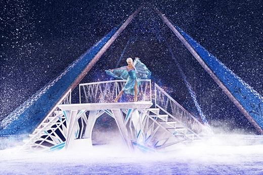 Nàng Elsa trong phân cảnh kiến tạo lâu đài băng, hát vang bản thánh ca của thức tỉnh và tự do.