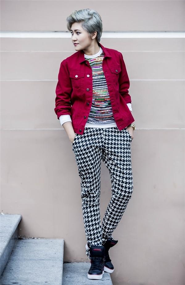 Mái tóc xanh nổi bật, đối lập cùng chiếc áo khoác đỏ. - Tin sao Viet - Tin tuc sao Viet - Scandal sao Viet - Tin tuc cua Sao - Tin cua Sao