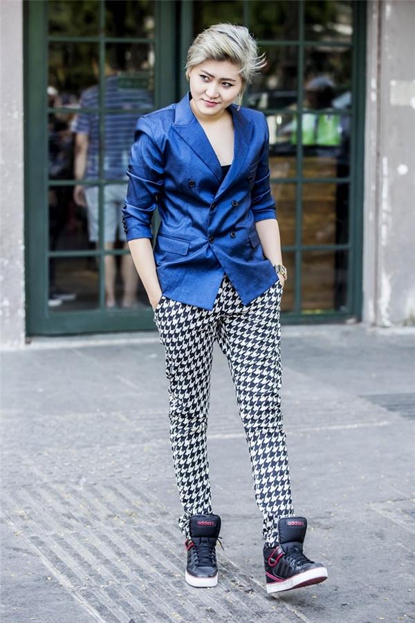 Một bộ vest khác với tông màu xanh lịch lãm. - Tin sao Viet - Tin tuc sao Viet - Scandal sao Viet - Tin tuc cua Sao - Tin cua Sao
