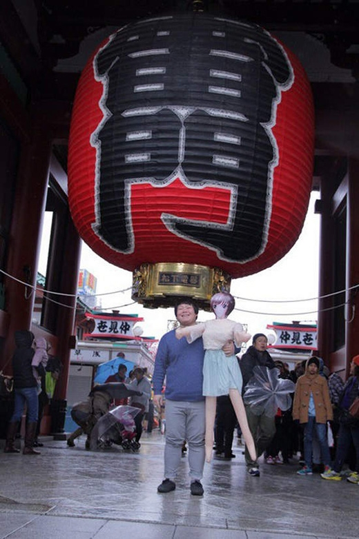 Cặp đôi chụp ảnh trước cổng Đền Sensoji. (Ảnh: Twitter)