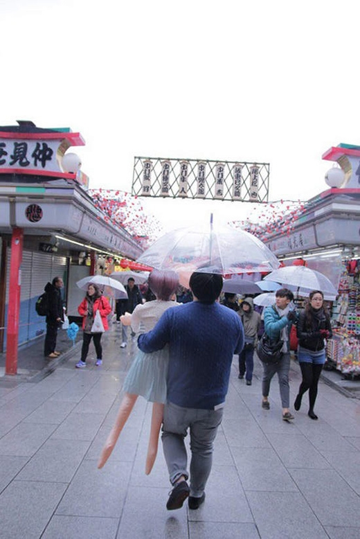 Dù thời tiết không được đẹp nhưng chàng và nàng vẫn kiên quyết cùng nhau dạo bước dưới tán ô uyên ương. (Ảnh: Twitter)