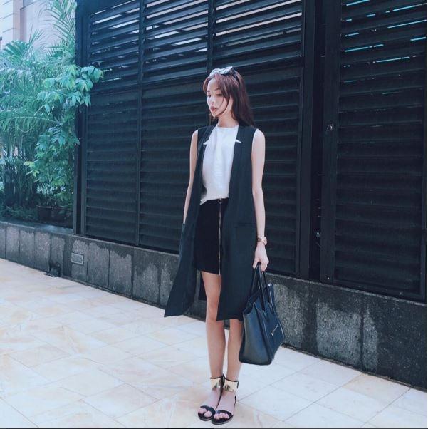 Những cách diện trang phục với hai tông màu trắng, đen chưa bao giờ hết thu hút của hoa hậu Kỳ Duyên. Những điểm bỏ nhỏ tinh tế vẫn đủ sức để giúp tổng thể trở nên bắt mắt hơn.