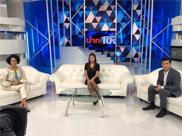 Nan Thippharat (ngồi giữa) là khách mờitrong một chương trình truyền hình, nói về tình yêu đẹp của mình. Ảnh: FBNV