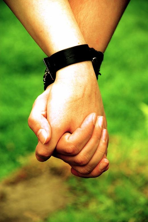 Hai tay nắm lại, các ngón tay không đan xen, mu bàn tay hướng ra hai bên, có thể đung đưa được(Ảnh: Internet)