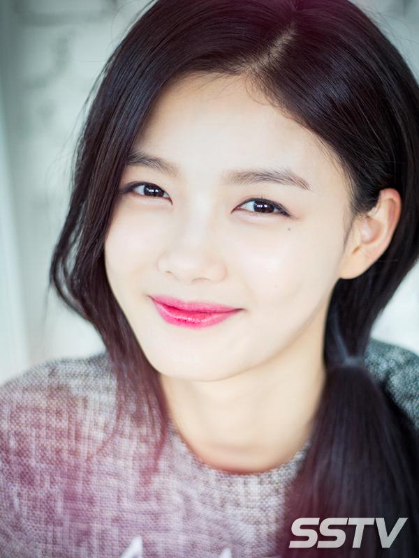 Kim Yoo Jung vẫn xinh đẹp với làn da sáng mịn ngay cả khi không lên truyền hình. (Ảnh: Internet)