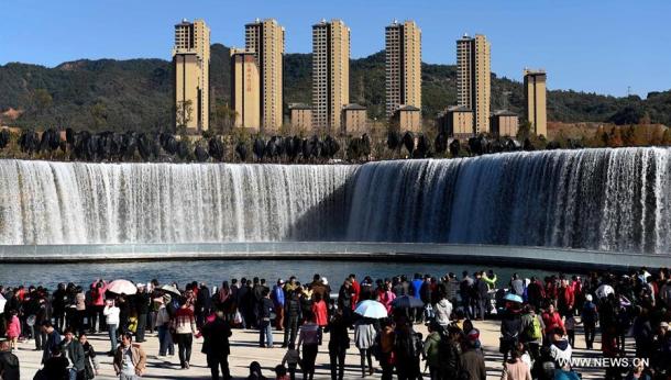 Người dân háo hức chào đón thác nước nhân tạo lớn nhất châu Á này.(Ảnh: news.cn)
