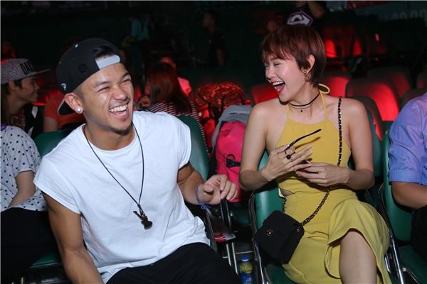 """Cặp đôi không ngại """"cười tẹt ga"""" khi ngồi trò chuyệncùng nhau dưới khán đài. - Tin sao Viet - Tin tuc sao Viet - Scandal sao Viet - Tin tuc cua Sao - Tin cua Sao"""