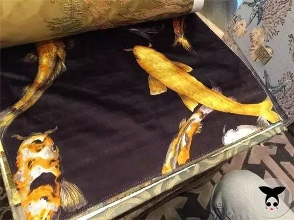Trang phục đắt giá nhất trong đoàn làm phim là bộ đồ in hình cá chép của thái tửTề Thịnh. 1 mét vải có giá là 2,8 triệu VND.