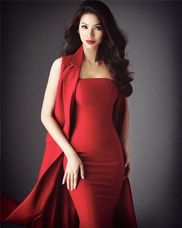 Điều đặc biệt, cô búp bê này có khuôn mặt và cách trang điểm khá giống với Hoa hậu Hoàn vũ Việt Nam 2015 Phạm Hương.