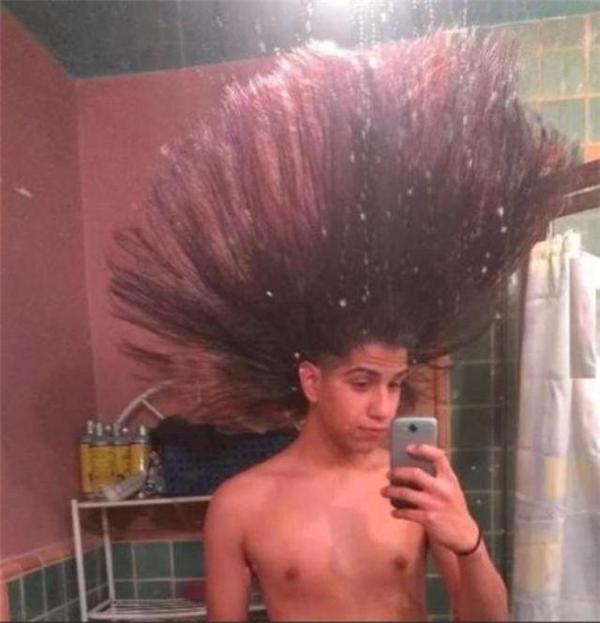 Mái tóc tốn nhiều thời gian khi sinh hoạt cá nhân. (Ảnh: Internet)