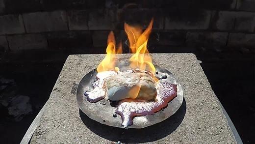Phát hiện vật liệu không sợ lửa dù bị đốt cháy cùng đồng nóng chảy