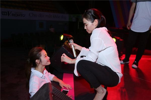 Loạt khoảnh khắc đáng yêu của cặp chị em Thu Minh - Đông Nhi trong buổi tổng duyệt. - Tin sao Viet - Tin tuc sao Viet - Scandal sao Viet - Tin tuc cua Sao - Tin cua Sao