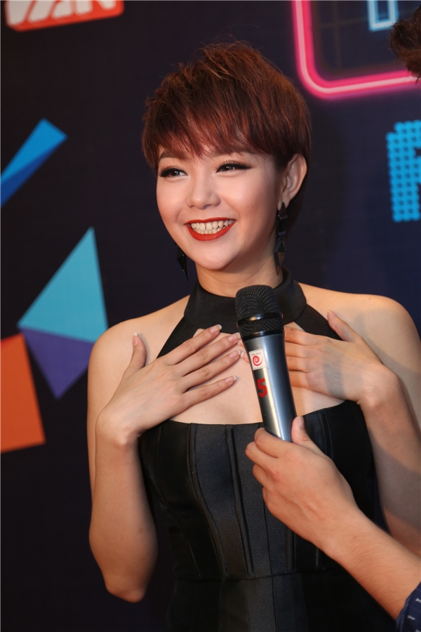 Nữ ca sĩ thoải mái chia sẻ cảm nhận tại đêm diễn. - Tin sao Viet - Tin tuc sao Viet - Scandal sao Viet - Tin tuc cua Sao - Tin cua Sao