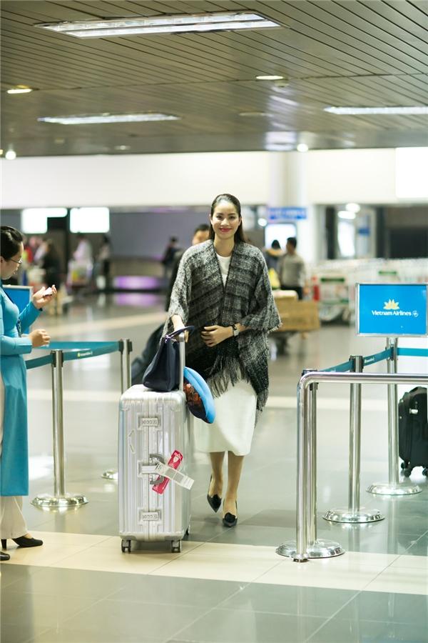 Phạm Hương xuất hiện rạng rỡ tại sân bay Nội Bài, Hà Nội. - Tin sao Viet - Tin tuc sao Viet - Scandal sao Viet - Tin tuc cua Sao - Tin cua Sao