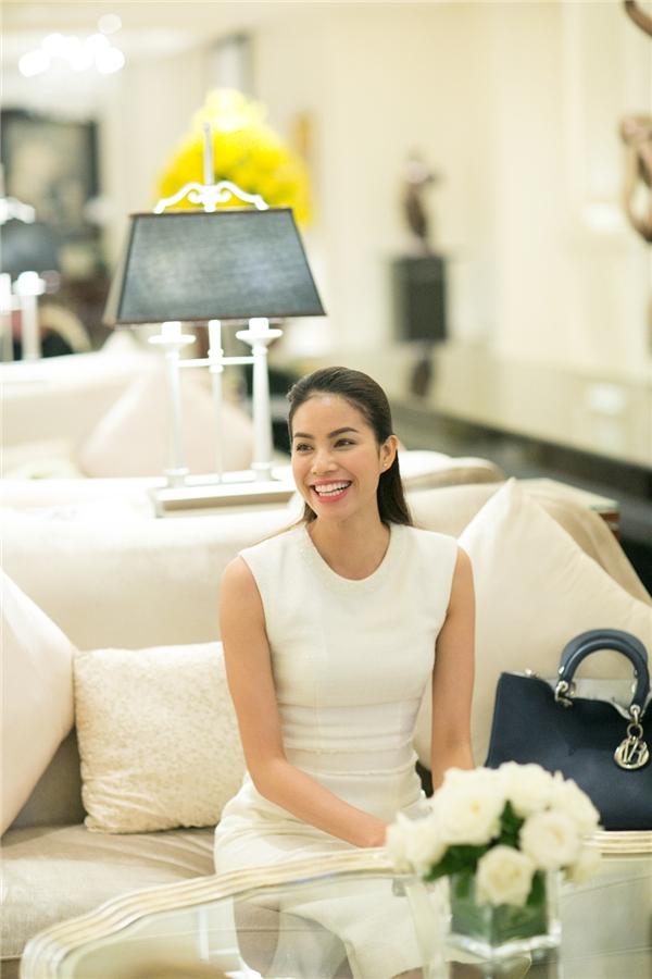 Mặc scandal, Phạm Hương khoe vẻ đẹp rạng rỡ