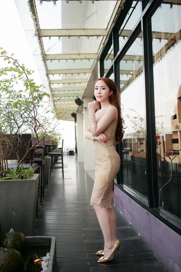Quỳnh Nga khoe đường cong gợi cảm trong bộ váy xuyên thấumàu ánh kim nổi bật. - Tin sao Viet - Tin tuc sao Viet - Scandal sao Viet - Tin tuc cua Sao - Tin cua Sao
