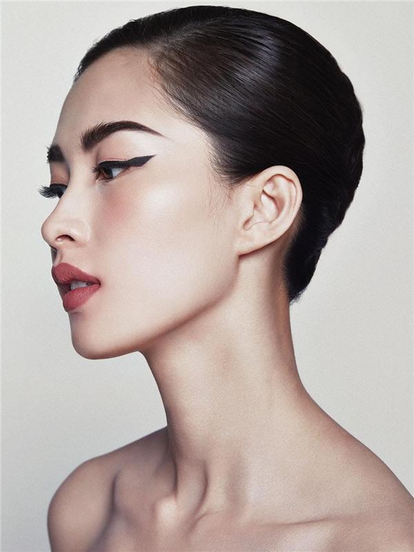 Người đẹp gốc Bạc Liêu được trang điểm lớp nền nhẹ nhàng kết hợp điển nhấn ở đường viền mắt cùng đôi môi lì màu cam đỏ sậm.