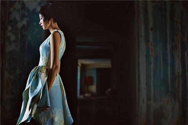 Thiết kế váy xòe cổ điển được tạo điểm nhấn bằng cách dựng phom, gấp nếp bất đối xứng.