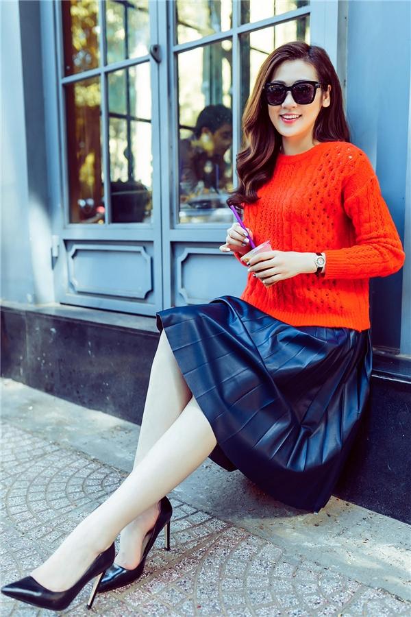 Kết hợp với chiếc áo nổi bật bên trên là chân váy xòe xếp li điệu đà màu xanh thẫm trầm ấm. Những đường xếp li cũng chính là xu hướng nổi bật hứa hẹn sẽ tạo nên cơn sốt trong những ngày tới đây.