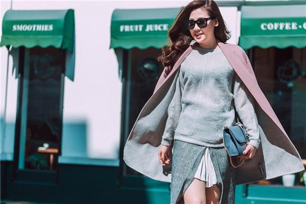 Phần chân váy mà Tú Anh diện khá lạ mắt bởi sự kết hợp giữa hai phần xếp li bên trong và xẻ tà cao bên ngoài.