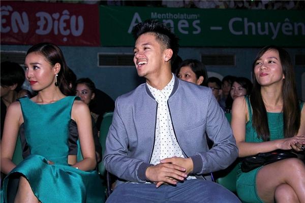 """Quán quân Vietnam Idol 2015 cũng """"đứng ngồi không yên"""" trước màn biểu diễn sôi động của đàn chị. - Tin sao Viet - Tin tuc sao Viet - Scandal sao Viet - Tin tuc cua Sao - Tin cua Sao"""