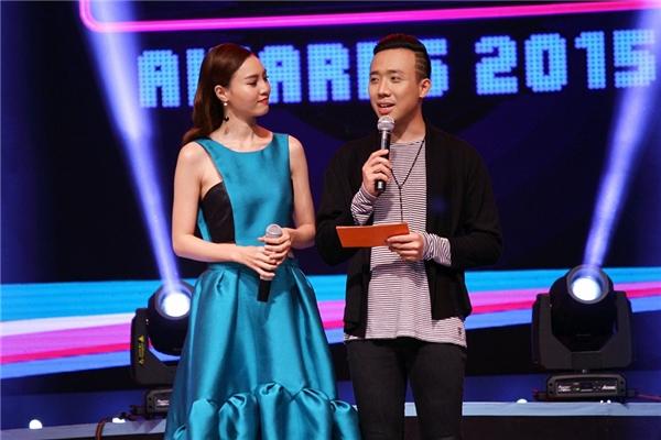 Danh hài Trấn Thành và nữ diễn viên Ninh Dương Lan Ngọc đảm nhận vai trò công bố kết quả nghệ sĩ giành được giải Cống hiến của Yan Vpop 20. - Tin sao Viet - Tin tuc sao Viet - Scandal sao Viet - Tin tuc cua Sao - Tin cua Sao