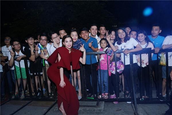 Nữ ca sĩ thân thiện chụp ảnh cùng người hâm mộ. - Tin sao Viet - Tin tuc sao Viet - Scandal sao Viet - Tin tuc cua Sao - Tin cua Sao