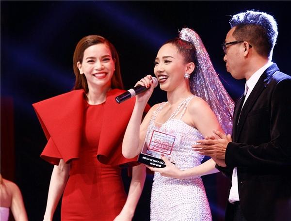 Hồ Ngọc Hà và nhạc sĩ Nguyễn Hồng Thuận đã trao giải thưởng Nữ ca sĩ xuất sắc của YAN Vpop 20. - Tin sao Viet - Tin tuc sao Viet - Scandal sao Viet - Tin tuc cua Sao - Tin cua Sao