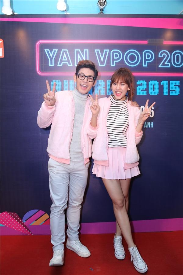 Cặp đôi thể hiện sự đồng điệu ngay từ phần trang phục với áo khoác ngoài màu hồng phấn cực ngọt ngào. - Tin sao Viet - Tin tuc sao Viet - Scandal sao Viet - Tin tuc cua Sao - Tin cua Sao